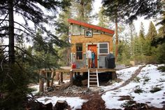 Couple built hut in the mountains of West Virginia using recycled materials!