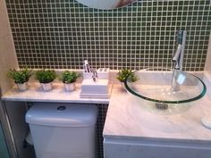 Aproveitando espaços de banheiros pequenos. -Gostei desta opção, o meu é bem pequeno e assim aproveita espaço acima da descarga