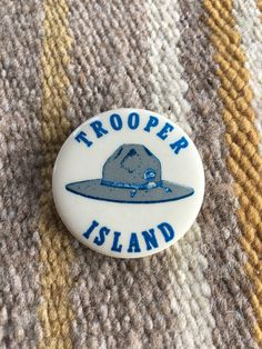 Vintage Kentucky State Police Trooper Island pin fba531737058