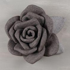 Rosa di grande effetto, del diametro di 15 cm (circa), confezionata in tessuto, adatta a decorare borse, sciarpe, cinture, cuscini, tende, centro tavola
