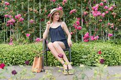 Outfit: 'Dark Blue Jumpsuit with Lacedetails' | Mood For Style - Fashion, Food, Beauty & Lifestyleblog | Outfitpost mit einem Jumpsuit mit Spitze von Vila, einem Strohhut von Loevenich, Plateau-Sandalen sowie einer Bucket Bag von Tory Burch.