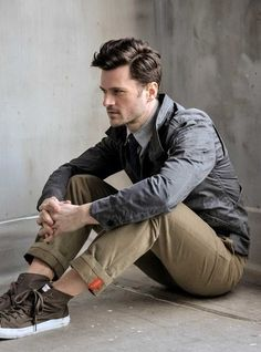 cool-men-work-putfits-with-sneakers- 4