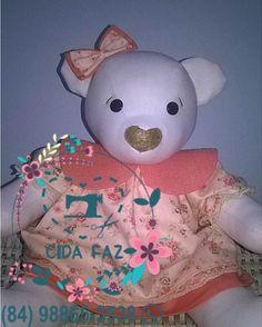 Ursa em tecido 100% algodão, antialérgico. Pés e braços articulados.  Mede 38cm em pé e 25cm sentada.
