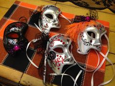 THE STUDIO COMMISSARY: My sister and I spent a great day with dear friends.>>PiCS  -  .....and planned a little project to work on for Halloween.   -   Posted by SuzanneMcD on October 25, 2015, 1:34 pm.  Their home was beautifully decorated for Halloween!  (13 PICS)