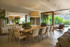 De todos os ambientes de uma casa, a sala de jantar foi a única que práticamente não mudou em termos de layout. O que mudou foi nosso estilo de receber. As salas formais e aparelhos de jantar elegante