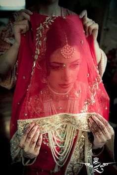 """I just had to copy the accompanying comment """"Bridal veils are a big part of most cultures. This is a gorgeous Pakistani bride!"""" GIRLLLL, this is Hyderabadi bride, look at that telltale jewelry! Desi Bride, Desi Wedding, Hindu Bride, Beautiful Indian Brides, Beautiful Bride, Moda India, South Asian Bride, Asian Bridal, Desi Clothes"""