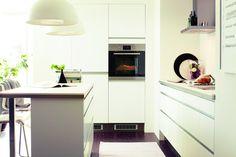 « Faktum Abstrakt » de Ikea : toujours difficile à réaliser dans les petits espaces, la cuisine ouverte est réussie ici parce que, compacte,...