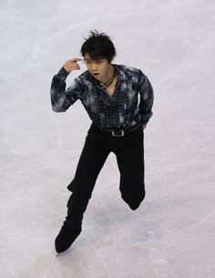 スケートアメリカの男子SPで世界歴代最高の95.07点をマークして首位に立った羽生結弦の演技(米ワシントン州ケント)(2012年10月19日) 【AFP=時事】