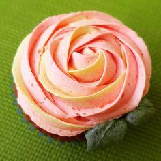 """Páči sa mi to: 5, komentáre: 0 – Božské sladké (@bozskesladke) na Instagrame: """"Ruža poteší každú ženu...a keď je k tomu ešte aj sladká 🤤"""" Peanut Butter, Rose, Flowers, Plants, Instagram, Roses, Royal Icing Flowers, Flower, Florals"""