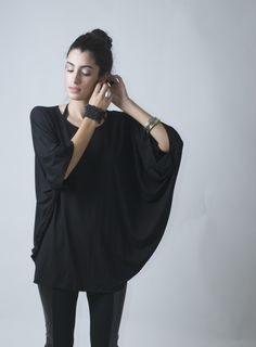 Loose Top Tunic, Oversized Blouse with Batwing Sleeves, Raglan Top - The Butterfly - Top Tunic - Donation to UNICEF - IModel Grey Fashion, Love Fashion, Fashion Outfits, Womens Fashion, Fashion Design, Sewing Clothes, Diy Clothes, Convertible Clothing, Batwing Top