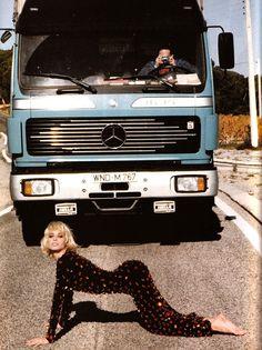 Christy by Ellen von Unwerth, 1990. Ellen von Unwerth is een fotograaf en regisseur, die bekend staat om haar provocerende erotische vrouwen foto's. Ze werkte 10 jaar als model voordat ze zelf achter de camera stond, en maakt nu mode, redactionele en reclame foto's. Ik hou van haar provocerende foto's ze zijn catchy met een modegevoel.