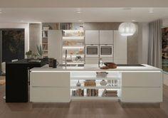 Vahelduseks köök valge ahjuga ja huvitav on saare lahtise riiuli valgustus. Kas ka praktiline?