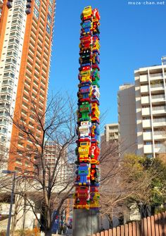 In the Sakurazaka Park, Tokyo, near the Roppongi Hills Residences towers, is a sculpture of a South Korean artist Choi Jeong Hwa: Roboroborobo (roborobo-en). The sculpture represents a tower made from 44 cute, vivid colored little robots. Environmental Sculpture, Japanese Aesthetic, Installation Art, Art Installations, Korean Artist, Land Art, Public Art, Urban Art, Beautiful World