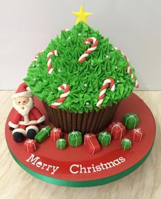 Christmas giant cupcake More Christmas giant cupcake Giant Cupcake Mould, Large Cupcake Cakes, Big Cupcake, Giant Cupcakes, Fun Cupcakes, Big Cakes, Winter Desserts, Christmas Desserts, Christmas Treats