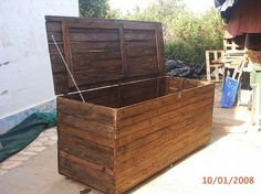 Pallet chest for storage в 2019 г. pallets pallet storage, p Pallet Toy Boxes, Pallet Storage, Toy Storage Boxes, Storage Chest, Storage Beds, Pallet Projects Signs, Wood Projects, Pallet Ideas, Palette Display