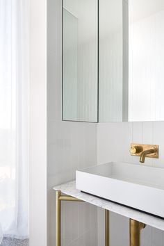 Parkside Beach House by Cera Stribley Architects is a holiday home designed to accommodate multiple families with their own private spaces but also areas where they can all come together. Beach House Bathroom, Gold Bathroom, Bathroom Inspo, Bathroom Vanities, Bathroom Interior, Gold Taps, Timber Battens, Modern Luxury, Luxury Homes