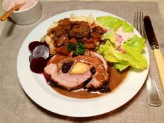 Rullesteg med fyld af æble, rosin og mandler – serveret med kartoffelmos, sovs med cider, rodfrugter og blandede svampe, samt salat med mormordressing