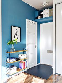 Estante sobre el marco de la puerta, disimulado usando el mismo color de la pared. Estantería flotante, liviana, para espacios reducidos.
