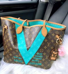 Louis Vuitton Neverfull, LV Neverfull MM from V Collection! Passenger perfect for a beautiful day like this!