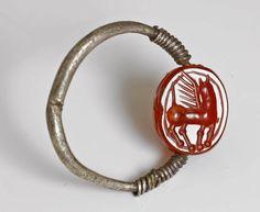 Bagues anciennes / Antique / Bague antique étrusque en argent et scarabé en cornaline gravé d'un cheval Pégase.