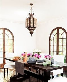 Soleil Moon Frye's oriental chic home Spanish Home Decor, Spanish Style Homes, Soleil Moon Frye, Domaine Home, White Dining Chairs, Dining Room Design, Dining Rooms, Living Styles, Celebrity Houses