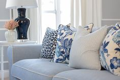 Mayflower House Interior project a featuring a stunning New American Classic Hamptons Style home nestled in the Gold Coast Hinterland. Living Room Decor Lights, Blue Living Room Decor, My Living Room, Hamptons Living Room, Hamptons Bedroom, Hamptons Beach Houses, Style At Home, Hamptons Style Decor, The Hamptons