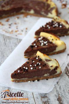 Una cheesecake cotta variegata al cioccolato per tutti gli quelli che vogliono smorzare il gusto troppo formaggioso tipico di questo dolce di origine anglosassone. Ricette dolci torte