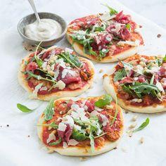 Mini pizza met carpaccio Mini pizza with carpaccio – Nice recipes Mini Pizzas, Easy Healthy Recipes, Vegetarian Recipes, Cooking Recipes, Healthy Foods, Quiches, Diner Recipes, Buffet, Good Food
