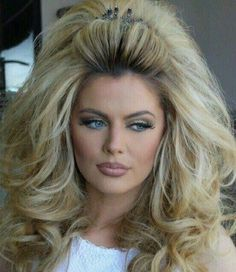 Love me some BIG HAIR! If only Goldie would do her hair like this! Look Disco, Big Blonde Hair, Big Hair Curls, Pin Curls, Blonde Brunette, 70s Hair, Retro Hairstyles, Teased Hairstyles, Updo Hairstyle