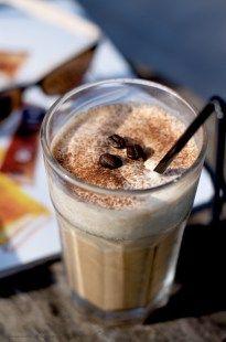 I ♥ ijskoude koffiedranken. Je zult mij geen warme kop koffie op het terras zien drinken als er ook maar iets van een ijskoffie op de kaart staat. Bij gebrek aan zo'n terrasmoment haal ik... Fruit Drinks, Dessert Drinks, Smoothie Drinks, Juice Smoothie, Fruit Smoothies, Smoothie Recipes, Cold Drinks, Ice Cream Smoothie, Delicious Desserts