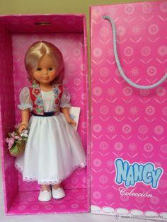 Nancys Coleccion Nancy Doll, Girls Dresses, Flower Girl Dresses, Diy And Crafts, Glamour, Dolls, Halloween, Wedding Dresses, Aurora