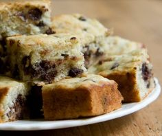 Got ripe bananas and some chocolate chips? It's time to make banana chocolate chip cake with this easy recipe - it's the best snack cake ever! Just Desserts, Delicious Desserts, Yummy Food, Chocolate Chip Banana Bread, Chocolate Chips, White Chocolate, Chocolate Cake, Cake Frame, Cake Recipes