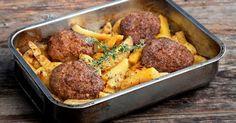 H απόλυτη συνταγή: Μπιφτέκια αφράτα με λεμονάτες πατάτες φούρνου - The World