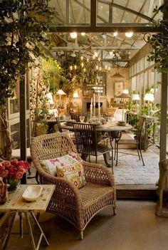 リビング 照明と植物で空間が際立つ。