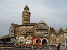 Crawford Market is situated to the north of the Chhatrapati Shivaji Terminus of Mumbai. Crawford Market is counted amongst the popular shopping areas of the city.