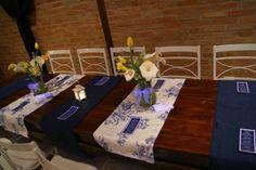 Decoração do Casamento: Passadeiras azul marinho e florida, arranjos de tulipas amarelas com copos de leite, lanternas e menus - Fotógrafa: Bárbara Alves - Local: Espaço Vila Jardim Osasco