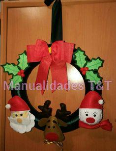 Corona navideña con Santa Claus, un reno,  un muñeco de nieve y un  doble lazo rojo.