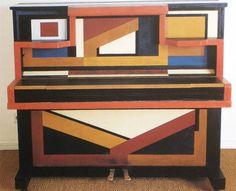 Auguste Herbin, piano à décor géométrique, 1925, 148 x 128 x 66 cm, Le Cateau-Cambrésis, Musée Matisse.