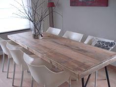 Tisch aus Bauholz mit Trägern