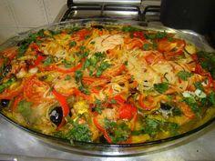 Ingredientes 2 kg de bacalhau 1 ,500kg de batata 2 dentes de alho 2 pimentões verdes 2 pimentões amarelo 2 pimentões vermelhos sem sementes 12 azeitonas pretas 1