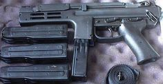 銃 紹介BOT @Gunsbot     スペクトラ  1983年にシテス社が発表した短機関銃。護身用や特殊部隊の近接戦闘用として開発され、古い外見とは裏腹に数々の新機軸を盛り込んでいる。またマガジンの下部は弾薬が横に4列に並んでおり、コンパクトながら50発装填可能