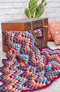 Can you take your eyes off of this blanket pattern? With its bold use of color and delightful design, the Crochet Throw-back Granny Chevron is one blanket you'll want to make for everyone in your family. Colorful as can be, this easy crochet Crochet Throw Pattern, Chevron Crochet, Easy Crochet Blanket, Crochet Ripple, Crochet For Beginners Blanket, Manta Crochet, Basic Crochet Stitches, Free Crochet, Ripple Afghan