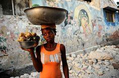 Une vendeuse de rue à Port au Prince, Haïti.
