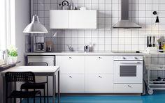 Una cocina METOD blanca con frontales HÄGGEBY, una encimera SILJAN blanca, un horno LAGAN y una campana extractora LUFTIG
