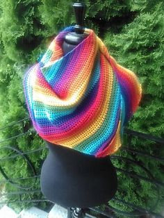 This super simple boomerang shawl is the perfect way to show off handpainted or colour-changing yarns. Since it's worked sideways in an asymmetric fashion, you can use any yarn and hook combo you like and fasten off when you're satisfied with the size. Crochet Shawls And Wraps, Crochet Poncho, Crochet Scarves, Free Crochet, Crochet Hats, Caron Cakes Crochet, Beginner Crochet, Crochet Dresses, Irish Crochet