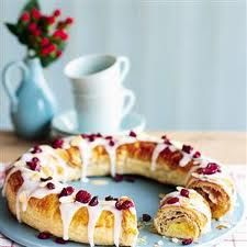 This eye-catching cheat's apricot and almond danish pastry is perfect served on special occasions like Mother's Day and birthday breakfasts. Birthday Breakfast, Christmas Breakfast, Birthday Brunch, Yummy Treats, Sweet Treats, Yummy Food, Apricot Recipes, Pastry Recipes, Tray Bakes