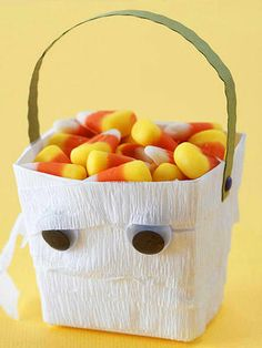 14 DIY Halloween Treat Bags & Boxes for Guests and Kids. Creative and fun treats bags design for kids. Halloween Happy, Diy Halloween Treats, Halloween Buckets, Holidays Halloween, Halloween Crafts, Halloween Night, Halloween Ideas, Halloween Season, Halloween Decorations