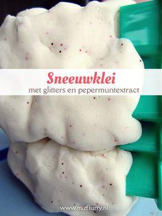 We maakten sneeuwklei met glitters en pepermuntextract. Extra leuk om er ook wat loose parts bij te geven. Spelen in de winter.
