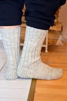 Edelleen kokeilussa erilaisia harmaita sukkia miehille. Kuulin viisauden, että kudo ihan perusharmaita, niistä ne miehet tykkää. Ja niin k...