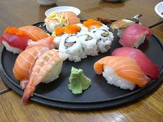 How to Choose Fish and Seafood for Raw Dishes Like Sushi - Melhores Receitas 2020 Sushi Platter, Great Recipes, Favorite Recipes, Rice Recipes, Omurice, Sushi Rolls, Sushi Sushi, Sushi Food, Sushi Time
